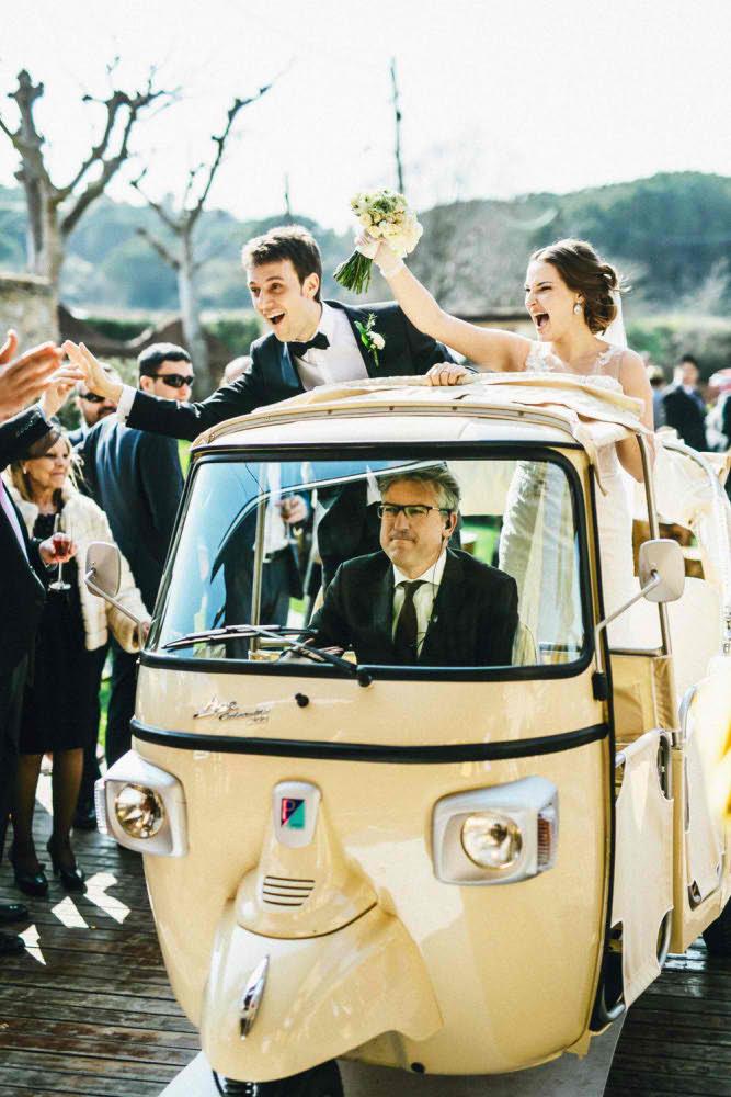 Sesión de fotografía de una boda divertida en Barcelona