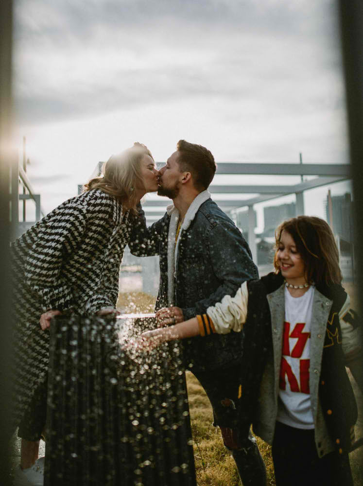 beso padres familia barcelona