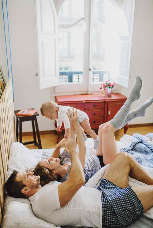 familia en cama nino
