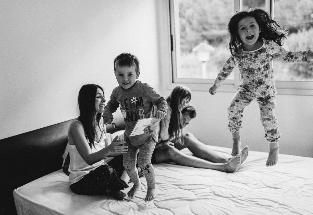 niños saltando en cama