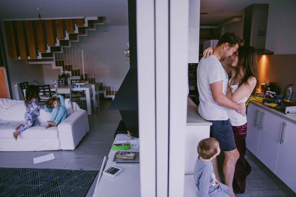 sesion fotografica familiar en casa en barcelona